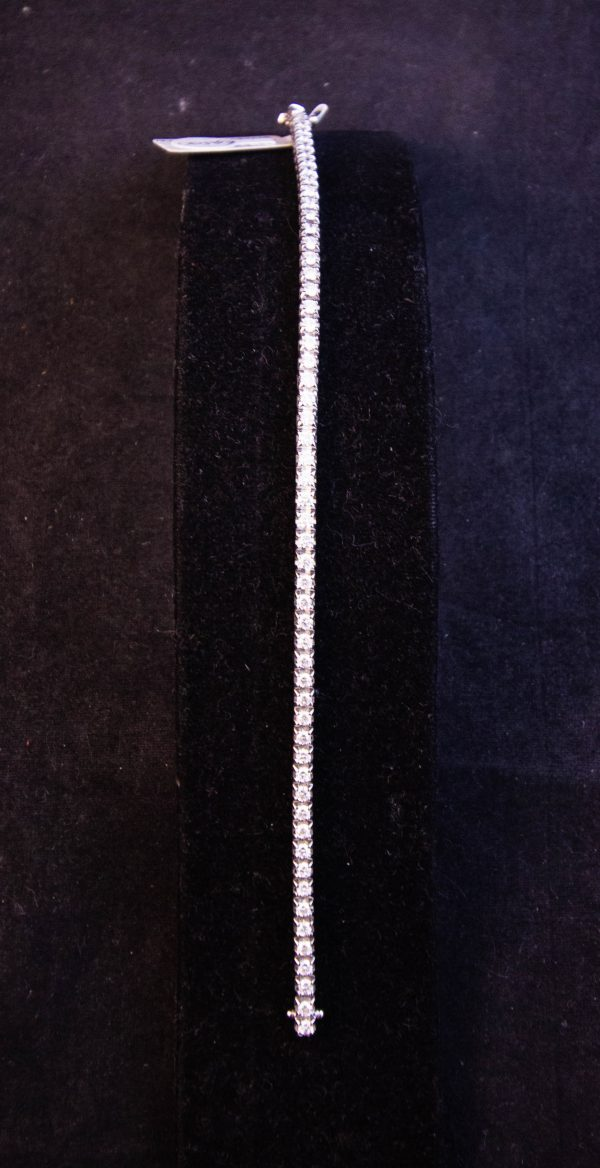 18k white gold diamond tennis bracelet. Total diamond content 2.58ct. Measures 17.75cm long x .25cm wide. Price includes nationwide delivery